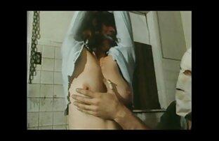 کله پاچه مقعد دوست دانلود فیلم خارجی شهوتی را در طبیعت ماساژ می دهد و خروس خود را استمنا می کند