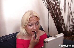 دختری که در عینک است به آرامی با فیلم سکسی انجمن لوتی انگشتان خود گربه را نوازش می کند تا کامنت های ruscams